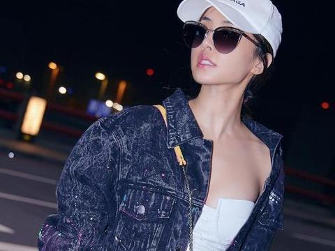 蔡依林才是娱乐圈时尚女王,牛仔外套配抹胸上衣,真敢穿