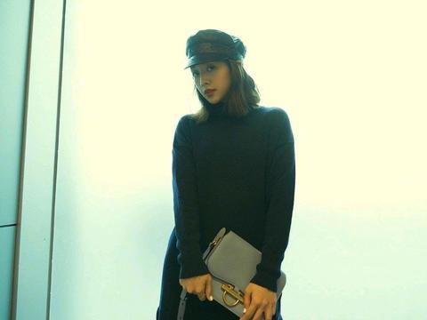 吴映洁可甜可盐,身穿一件黑色针织衫配搭配紫色长裙,时尚又减龄