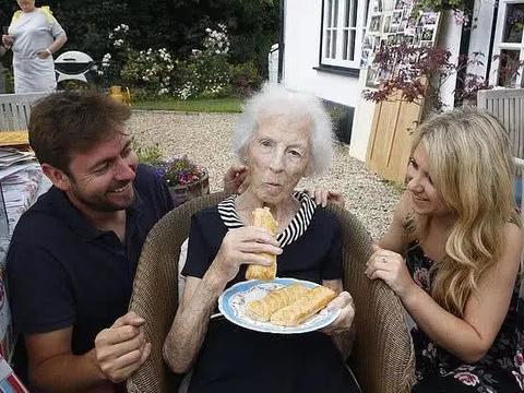 英国百岁老人谈长寿秘诀:香肠卷让我活到了100岁