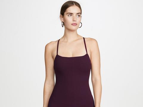 美女穿茄紫色吊带裙配肉色一字高跟鞋,秀出香肩美背玉足的性感