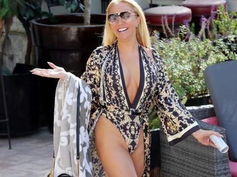 女星艾斯利·霍根·华莱士在洛杉矶泳池边度假,心情大好很惬意