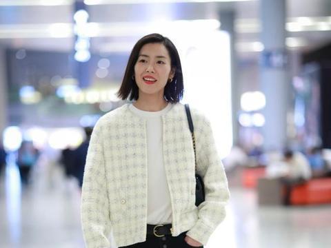 """爱笑""""大表姐""""刘雯,奶白色外套搭配老爹裤,好看又减龄"""