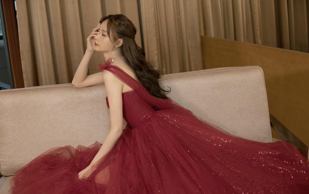 红色吊带纱裙简直太美了,沈梦辰彭小苒明艳动人,章若楠甜美吸睛