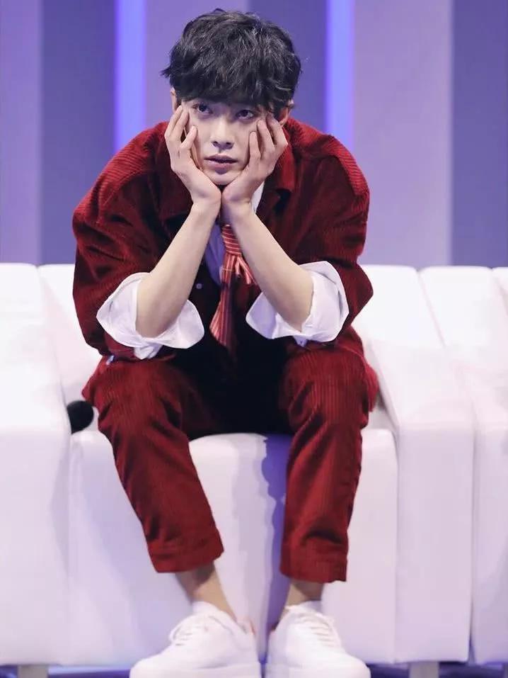 肖战和李现,身高只差2cm,同样搭配红色丝绒西装,腿长任性!