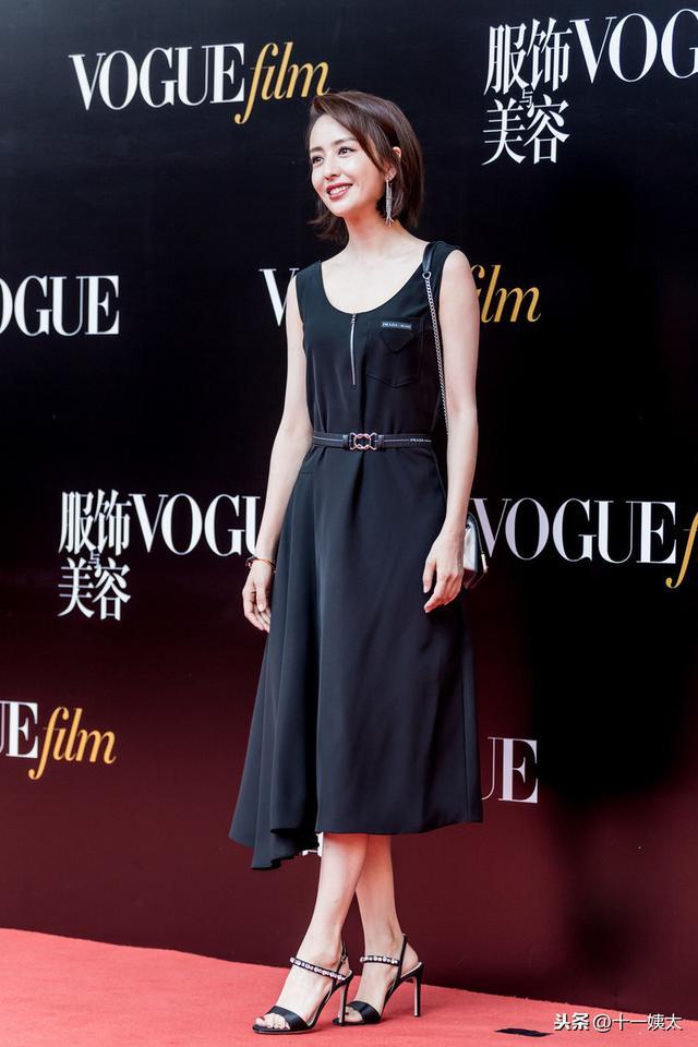 佟丽娅黑色背心裙钻饰鞋 Prada拼色Cahier优雅迷人