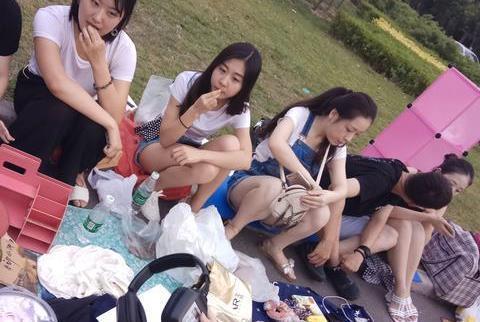街拍 郑州大学跳蚤市场美女毕业生摆地摊