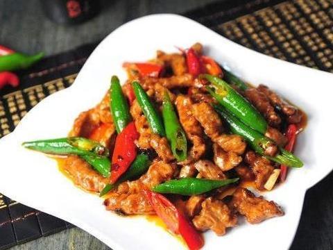 做辣椒炒肉时,大厨:牢记这2步,炒出来的肉,又鲜又嫩,特美味