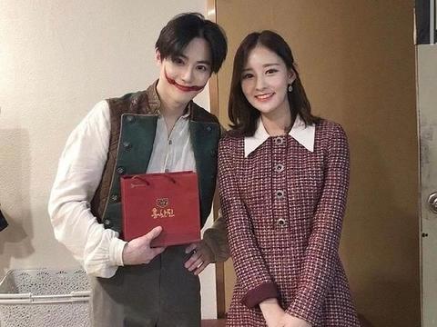 「EXO」「新闻」200128 灿烈姐姐热情应援俊勉音乐剧