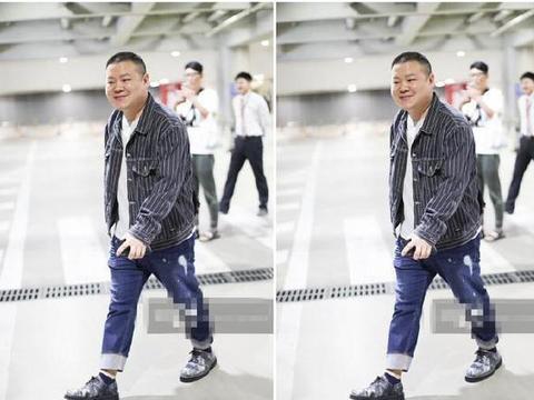 岳云鹏条纹夹克牛仔裤,精神抖擞变装潮小胖,网友:艳福后变潮了