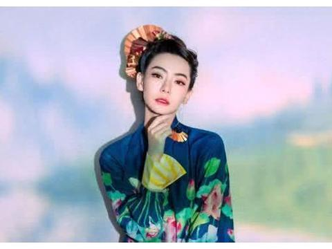 戚薇中国风造型来袭,荷塘月色妆容太抢镜,眉眼间女人味十足