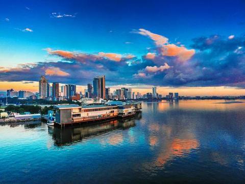 它被称为亚洲的纽约,游客倒并不觉得其繁华,景色却是美得没话说