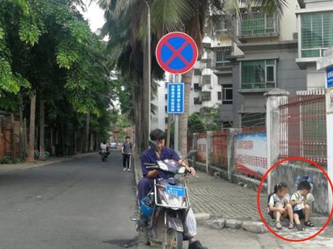 年轻爸爸带儿女蹲路边吃早餐,因一个举动走红,网友:这是炫富