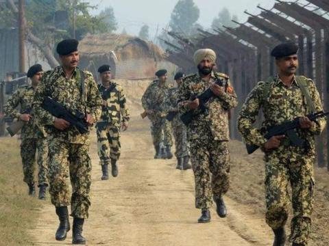 印度军队奇葩现象,士兵不戴头盔戴头巾,有两大原因