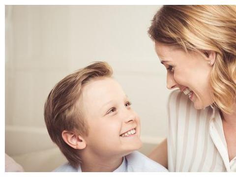 """13岁男孩还要听着妈妈讲故事入睡:你的行为正在培养""""妈宝男"""""""