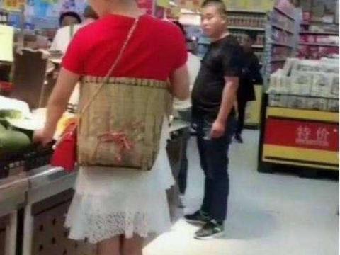 """男子穿裙子在超市买菜,本以为恶作剧,走近后网友""""狂点赞"""""""