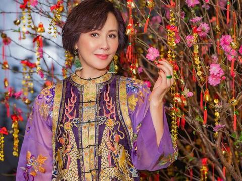 54岁刘嘉玲携母亲拍摄新年合照,皮肤身材一点没变,像吃了防腐剂