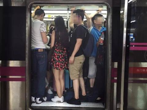 孙女身体不适在地铁呕吐,爷爷之后的动作,让乘客们称:高级炫富