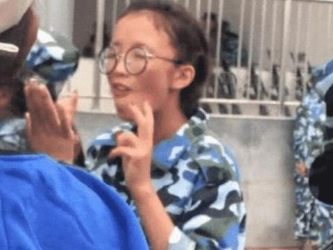 姐姐丑到爆,戴上眼镜的那刻,网友:没想到是个王者