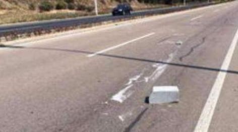 高速路上突遇石块,往前撞或是避开?这样做,关键时刻能保命