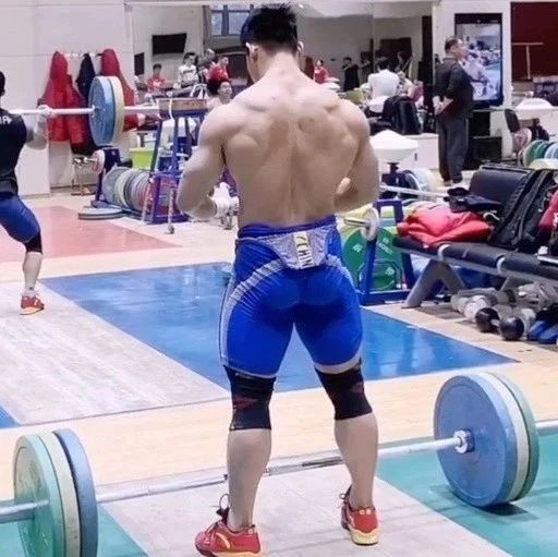 中国举重队生猛训练日常,真让人血脉喷张!