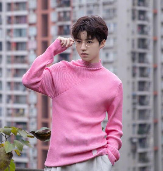 """王俊凯穿粉毛衣,无意露出""""胸肌"""",万万没想到小小年纪还挺有料"""