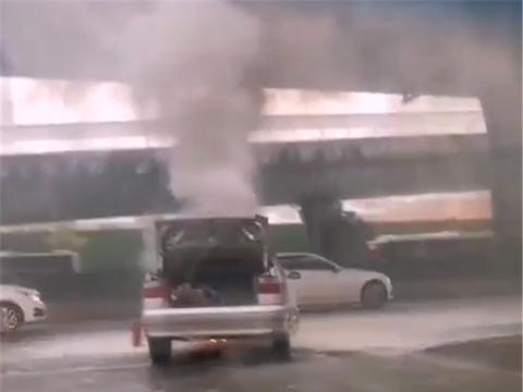 又有车自燃,这次是18年车龄的雪铁龙,全车烧报废,还冒黑烟