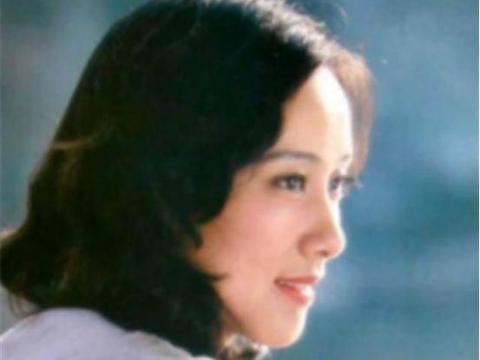 师太级女演员,与丈夫姐弟恋成婚39年不离不弃,儿子是出名导演