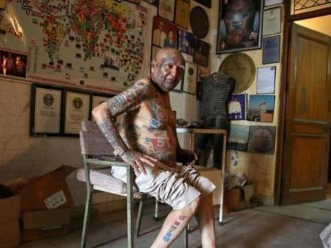 印度老人为创世界纪录,身上纹499个纹身,牙齿拔光