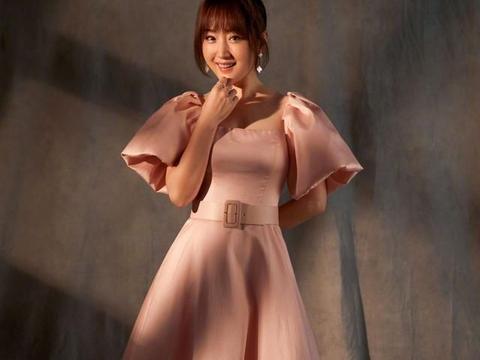杨钰莹连上6台春晚,49岁美貌依旧保养得真好,皮肤光滑又紧致
