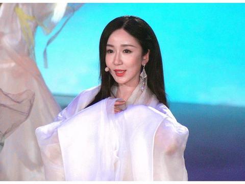 娄艺潇穿白色纱裙古风造型仙气飘飘 长发披肩女神范十足