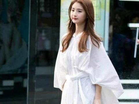 街拍:如花似玉的美女,一条白色的连衣裙,时尚气质风采
