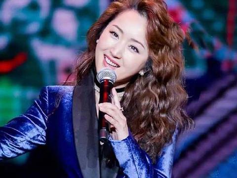 48岁杨钰莹终于换发型,顶着羊毛卷俏皮又可爱,穿上西装嫩回20岁