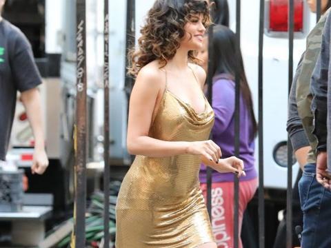 赛琳娜·戈麦斯一袭金色吊带裙亮相,复古卷发魅力十足