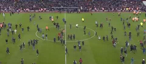 93分钟2-1绝杀!球迷冲入球场疯狂庆祝如夺冠,保级队杀进决赛