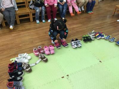女儿穿新鞋去幼儿园,放学后鞋却在别人脚上,家长的话让老师辞职