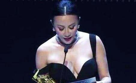 """54岁刘嘉玲撞上45岁贾静雯,同穿""""滑肩""""礼服,结过婚就是不一样"""
