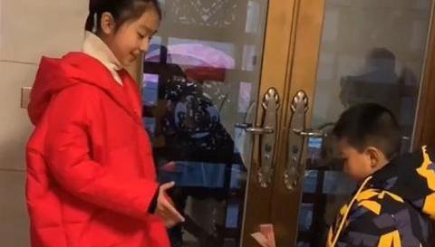 9岁叔叔给12岁侄女发压岁钱,仪式感十足,网友:这叔叔有气势!