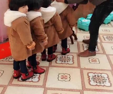 """""""操心奶爸""""带4胞胎女儿洗脸走红,刚开始动工后宝宝的反应绝了"""