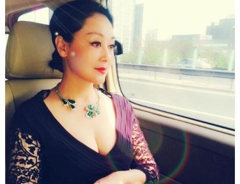 54岁王姬:与25岁美艳女儿似姐妹,无奈22岁的儿子患自闭症