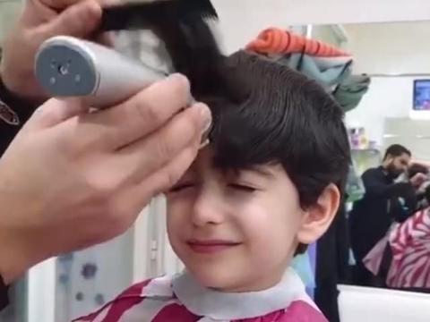 男孩被爸爸骗去理发,剪完后让人心疼,网友:差点成了地中海