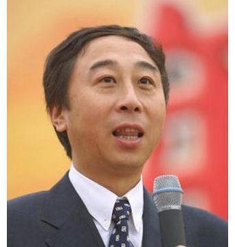 冯巩全家福曝光,30岁儿子帅气十足,现为IT精英