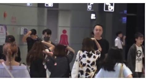 尴尬!李荣浩现身机场请4个保镖开路,周围却根本没人围堵