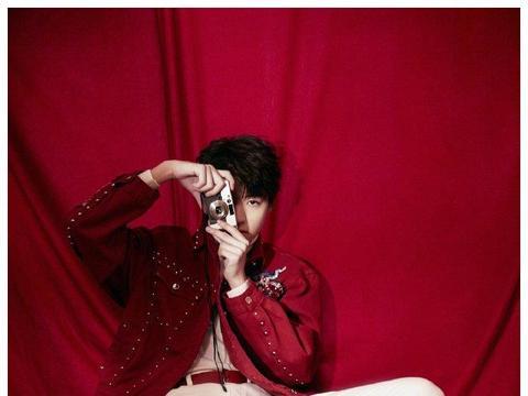 王俊凯第五年登春晚 红色刺绣夹克展少年灵动意气