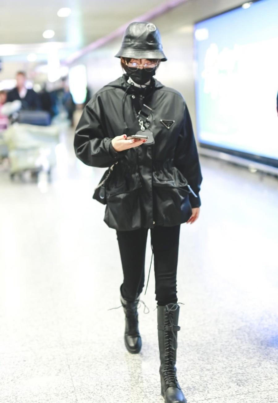 张嘉倪全黑穿搭现身机场,束腰外套搭紧身裤长靴,酷飒风走起