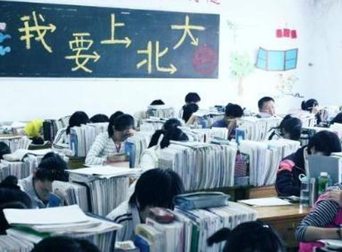 儿子高考330分上专科,家长大摆80桌升学宴,亲朋好友:不嫌丢人