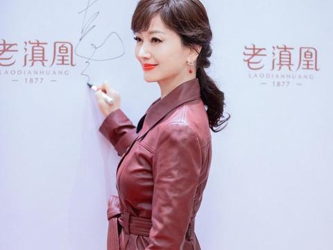 有一种韵味美赵雅芝,身穿红棕色的皮质大衣,65岁美得高级又减龄
