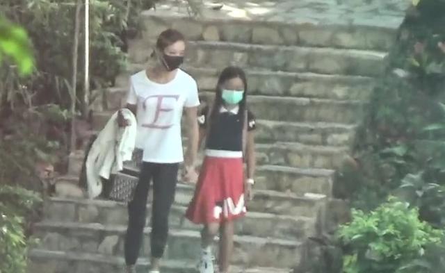 """张利华只身一人带9岁女儿外出,魏骏杰社交平台显示""""离婚""""状态"""