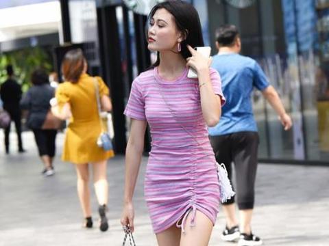 街拍美女:紧身裙凸显小姐姐时尚大方,尽显青春靓丽的气息