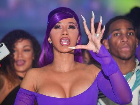 卡迪·B染紫发时尚魅力尽显 开心摆手势大秀钻戒好身材抢镜