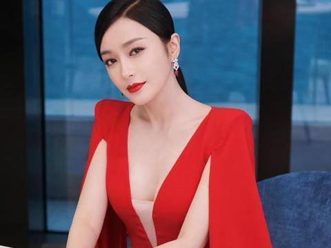 气质优雅的秦岚,时尚穿搭大红V领紧身包臀裙,尽显高冷又性感